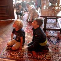 Kinderen luisternd op grond Rembrzaal